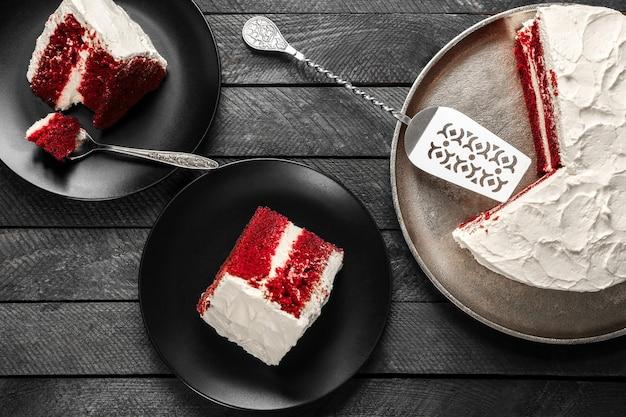 Geschnittener köstlicher roter samtkuchen auf tisch