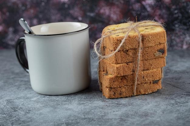 Geschnittener kuchen serviert mit einer tasse getränk.