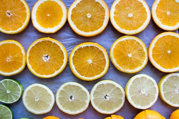 Geschnittener orangefarbener hintergrund. geschnittene orange als hintergrund