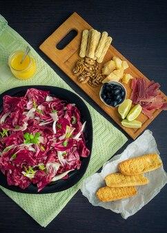Geschnittener prosciutto mit salat und toast