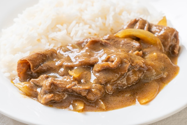 Geschnittener rindfleisch-curry-reis