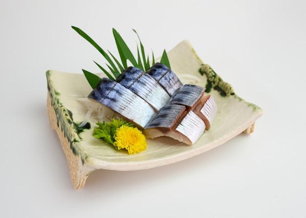Geschnittener roher saba- oder makrelenfisch-sashimi auf teller