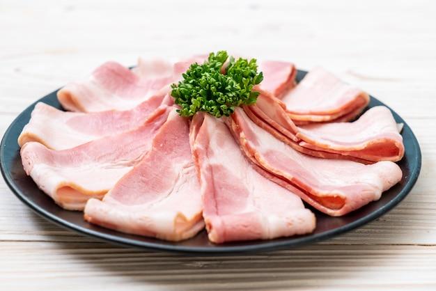 Geschnittener roher schweinefleischspeck