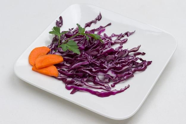 Geschnittener rotkohl in weißplatte. gesunde ernährung. speicherplatz kopieren