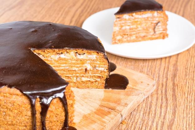 Geschnittener schokoladengeburtstagskuchen auf holztisch