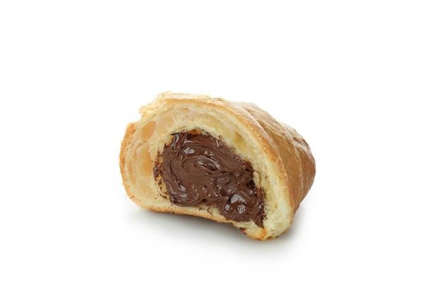 Geschnittenes croissant mit schokolade lokalisiert auf weiß
