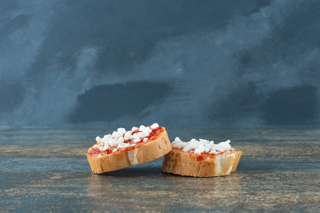 Geschnittenes frisches weißbrot mit marmelade auf marmorhintergrund