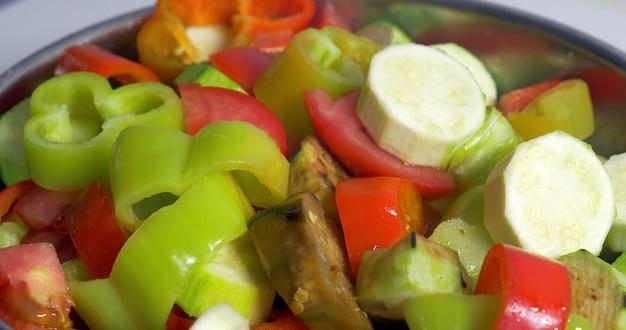 Geschnittenes gemüse in salat geben
