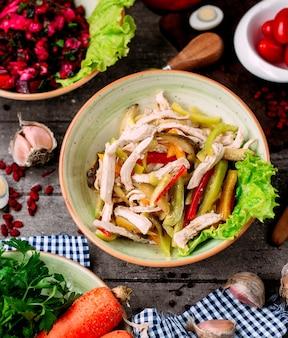 Geschnittenes gemüse mit hühnchenstücken salat