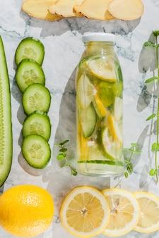 Geschnittenes obst und gemüse mit limonade