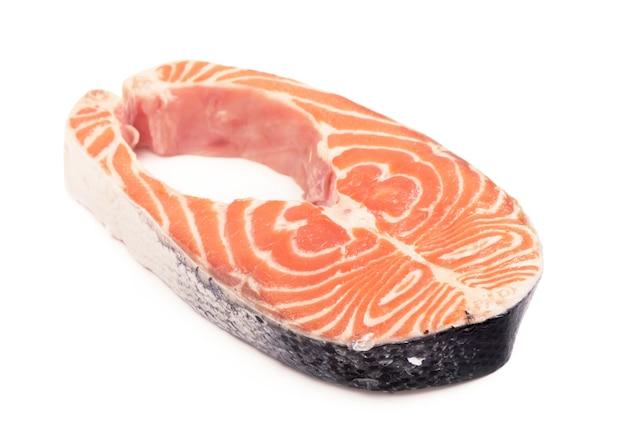 Geschnittenes stück fisch. steak von rotem fisch auf weißem hintergrund