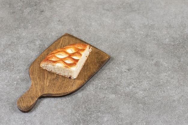 Geschnittenes süßes brot auf einem schneidebrett auf dem marmortisch.