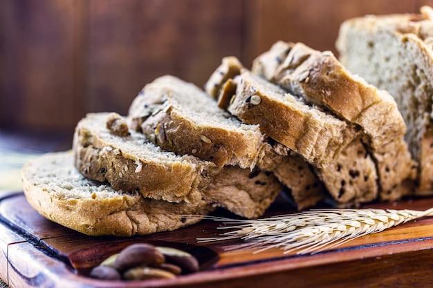 Geschnittenes veganes brot, hergestellt aus kastanien, bio-hefe und weizenmehl, ohne milch
