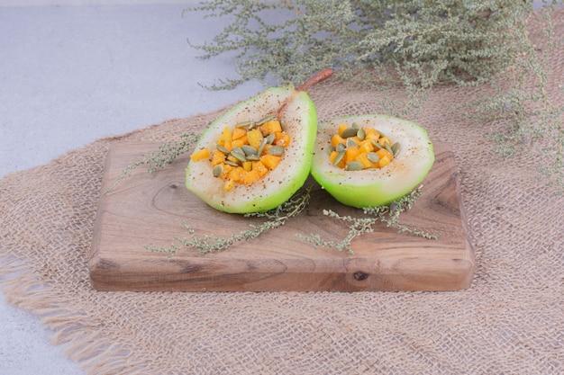 Geschnitzter birnensalat mit karotten und kürbisbohnen.