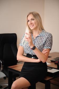 Geschossen von der attraktiven reifen geschäftsfrau, die im büro arbeitet.