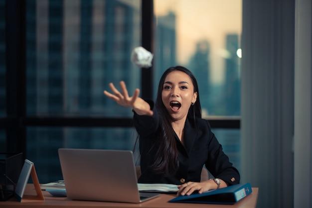 Geschossen von einer schönen jungen geschäftsfrau, die laptop verwendet und etwas schreibarbeit beim arbeiten an laptop tut