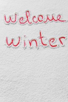 Geschrieben willkommener winter auf dem verschneiten hintergrund