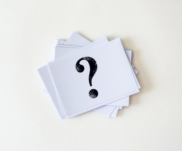 Geschriebenes fragezeichensymbol auf weißbuch