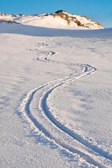 Geschweifte spur von skiern