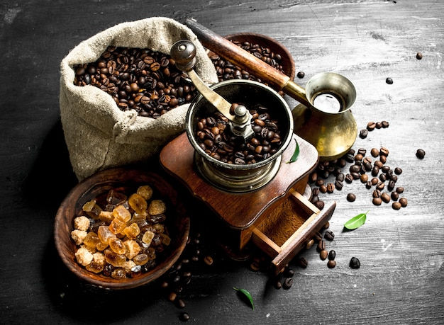 Geschweißter kaffee in türkischer sprache mit einer handmühle. auf der schwarzen tafel.