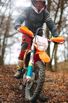 Geschwindigkeit und kraft des motocross-radrennens im extremsport, sport-action-konzept