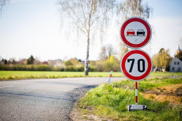 Geschwindigkeitsbegrenzung, verkehrsreduzierung, wiederaufbau oder reapirs auf der straße, transportkonzept