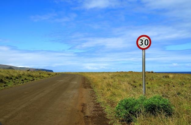 Geschwindigkeitsbegrenzungswegweiser auf dem straßenrand von osterinsel, chile, südamerika