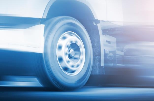 Geschwindigkeitsbewegung eines lkw-räders sich drehender lkw, der auf der straße fährt industrie-güter-lkw-transport