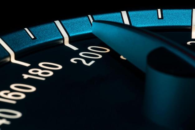 Geschwindigkeitsdetail mit makroaufnahme des autokilometerzählers