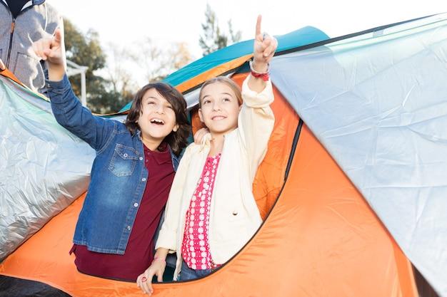 Geschwister im zelt spielen Kostenlose Fotos
