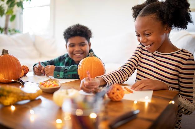 Geschwister ziehen sich vor dem thanksgiving-dinner zusammen