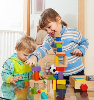 Geschwister zusammen mit spielzeug spielen