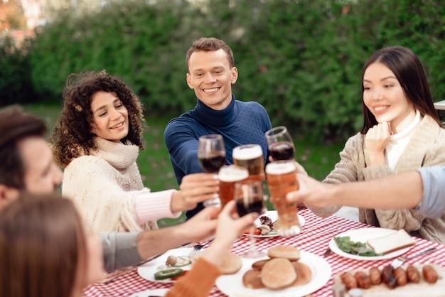Gesellschaft junger leute trinken.