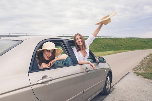 Gesellschaft von freunden machte eine reise mit dem auto.