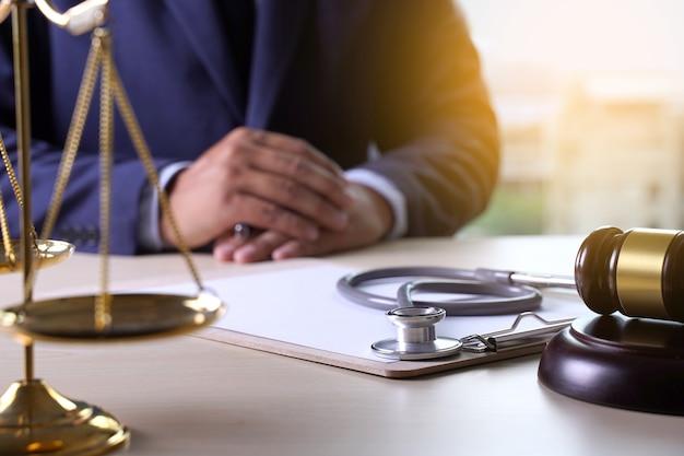 Gesetz-hammer-stethoskop gesundheitswesengeschäftsregeln