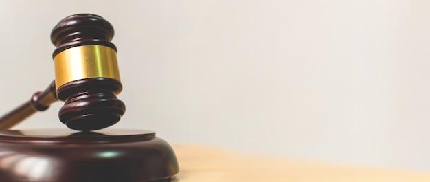 Gesetz und gerechtigkeit, legalitätskonzept, richter gavel auf einer hölzernen tabelle