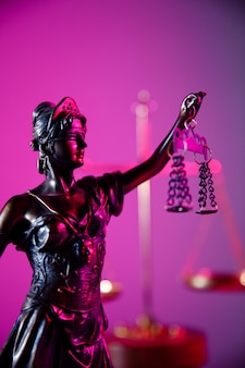 Gesetz- und urteilskonzeptfigur der gerechtigkeitsfrau in violettem neon-vertikalbild