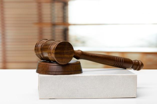 Gesetzes- und gerechtigkeitskonzeptbild. brown hölzernen hintergrund