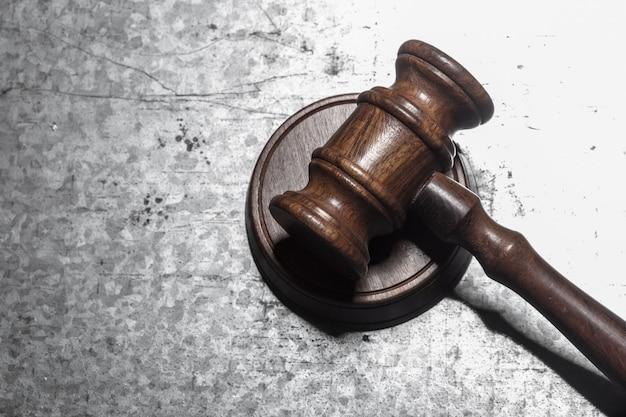 Gesetzeshammer auf kreisholz