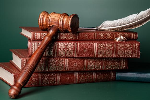 Gesetzeshammer und eheringe auf tabelle