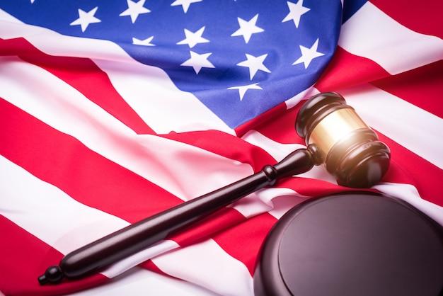 Gesetzeshammer und usa-amerika-flagge - amerikanisches verbrechenkonzept.