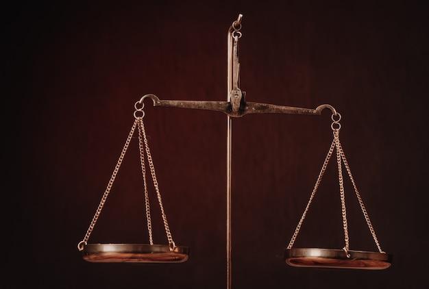 Gesetzeswaage auf dem tisch. symbol der gerechtigkeit - bild