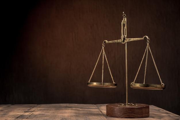 Gesetzeswaage auf dem tisch. symbol der gerechtigkeit