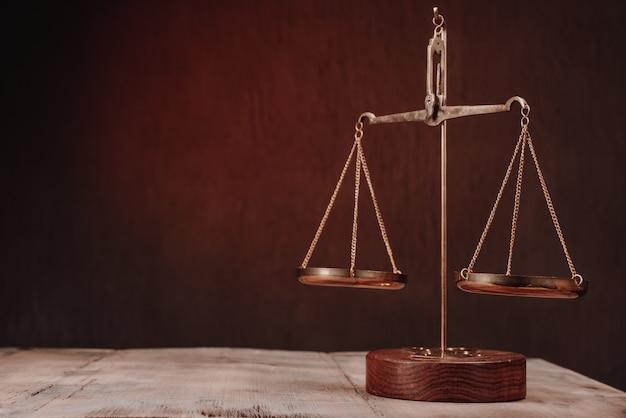 Gesetzeswaage auf dem tisch