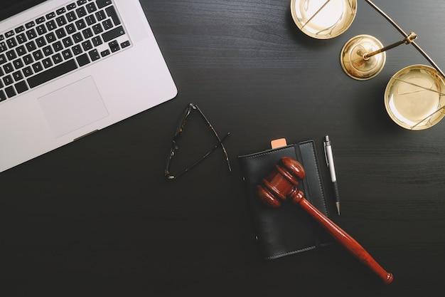 Gesetzlicher arbeitsplatz mit laptop und dokumenten mit dunklem holz