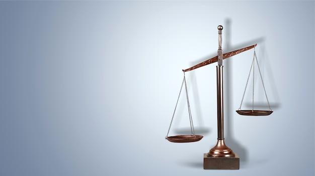 Gesetzskalen auf tabellenhintergrund. symbol der gerechtigkeit