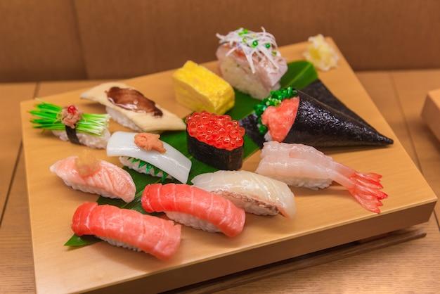 Gesetzte fälschung der sushi-mischung des japanischen lebensmittels auf bambusholzanzeigenprobe in japan