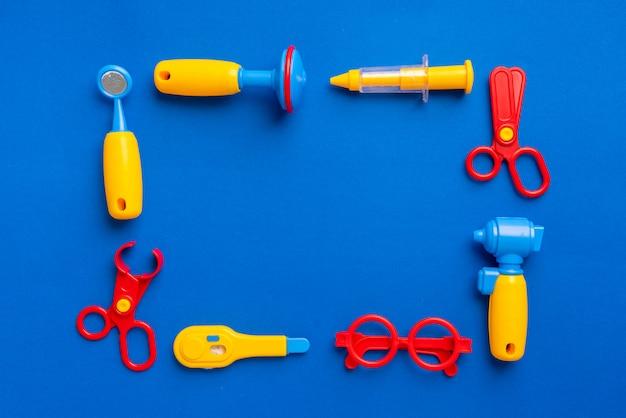 Gesetztes spielzeug doktors für kind im kreativen bildungskonzept in der ebenenlage