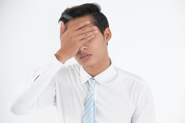 Gesicht der besorgten jungen geschäftsmann machen fehler