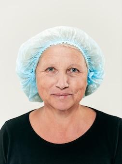 Gesicht der frau mittleren alters vor der plastischen chirurgie